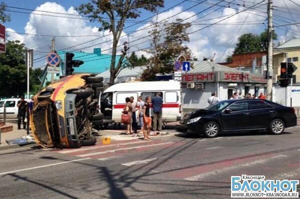 В Краснодаре иномарка врезалась в машину «Скорой помощи»