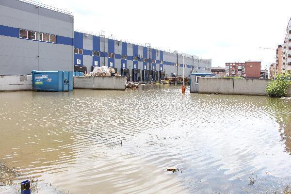 Болото у гипермаркета «Лента» на Рахманинова смущает жителей Краснодара запахами и затапливает подвалы