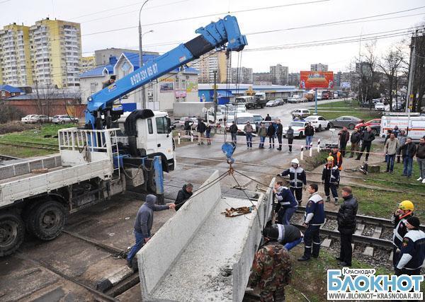 В Краснодаре бетонная плита рухнула на ж/д переезд