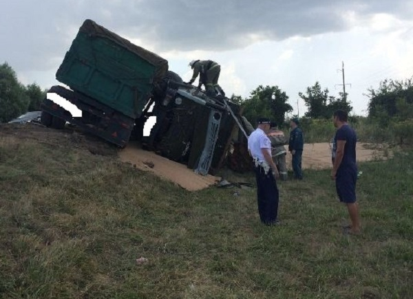 После трагедии  накубанской трассе вспыхнула иностранная машина , 3 человека пострадали