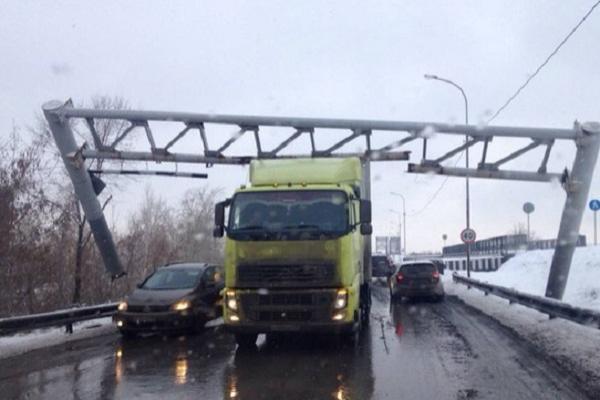 Житель Кубани на фуре разрушил часть моста в Тюмени
