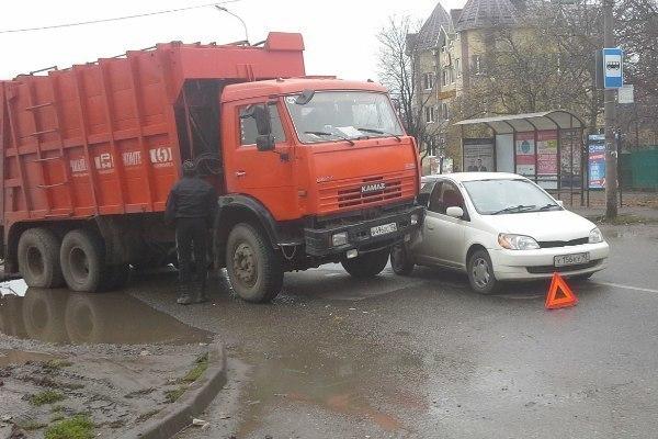 В Краснодаре мусоровоз протаранил легковушку