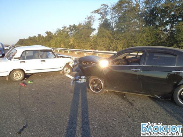 Под Усть-Лабинском мужчина остановился помочь пострадавшим и попал под колеса
