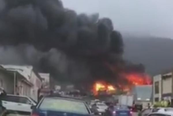 В Геленджике сгорел склад вторсырья: клубы дыма окутали город