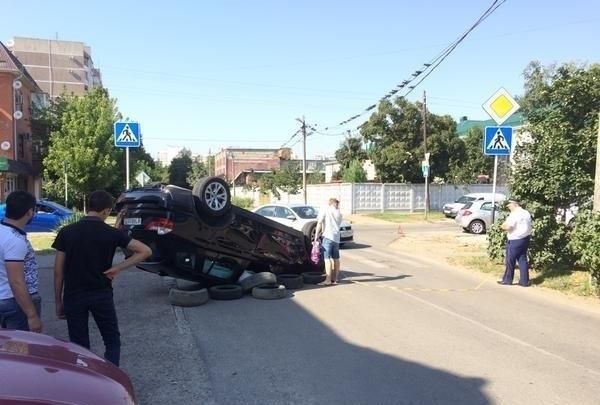 В Краснодаре автоледи перевернула «БМВ» на крышу