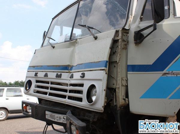 В краснодарском крае грузовик столкнулся с двумя пассажирскими автобусами