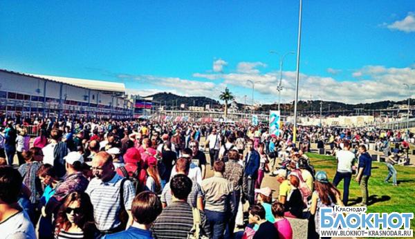 В Сочи перед Автодромом в первый день «Формулы-1» собралось более десятка тысяч гостей