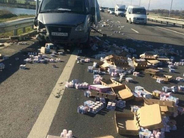 В Динском районе из-за ДТП на трассе рассыпались упаковки йогуртов