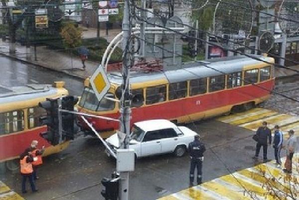 В центре Краснодара «семерка» протаранила трамвай