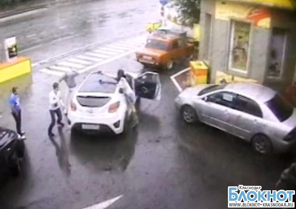 В Краснодаре мужчина стрелял в людей на АЗС и в больнице. Видео
