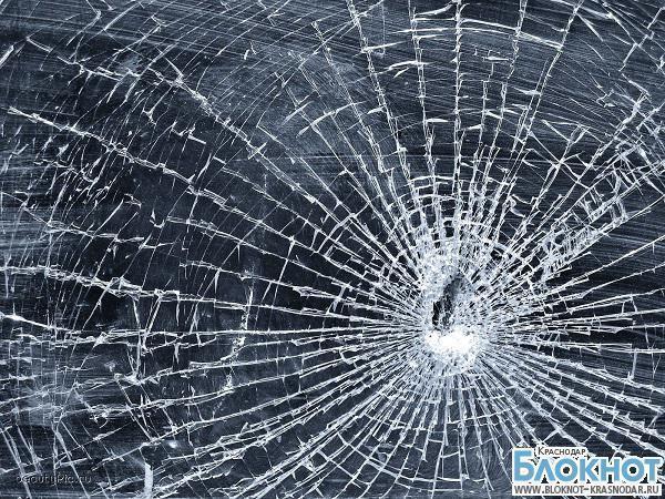 В Краснодаре дебошир разбил стекла в трамвае