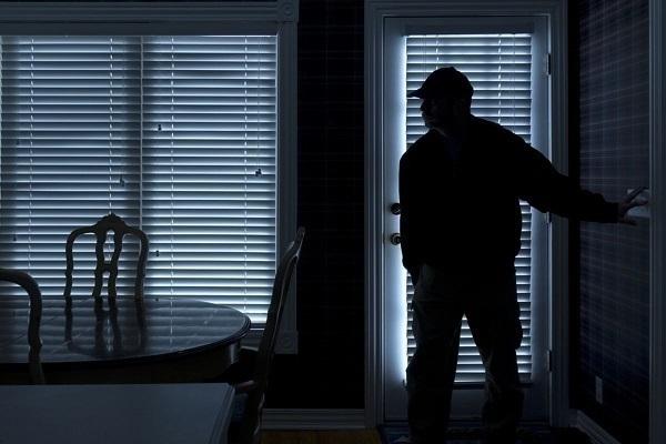 Краснодарка, проснувшись ночью, нашла всвоем доме преступника