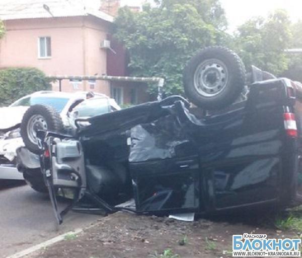 В Краснодаре в результате аварии внедорожник перевернулся на крышу
