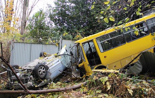 В Сочи автобус с людьми вылетел за ограждение в кювет