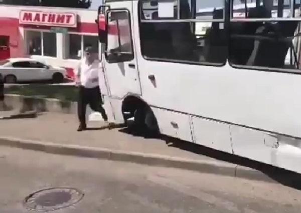 Катящийся автобус с пассажирами в Сочи спасла девушка
