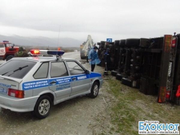 В Геленджике из-за урагана опрокинулись несколько грузовиков