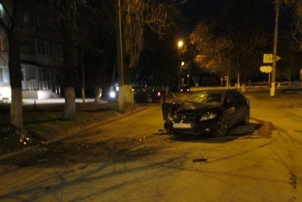 В Кропоткине пьяный водитель сбил человека и врезался в дерево