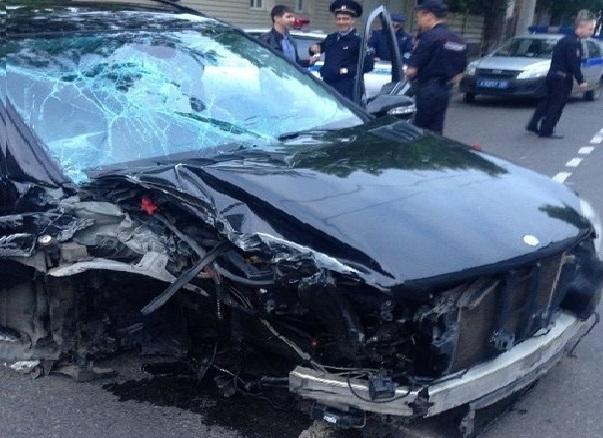 Краснодарская автоледи на «Мерседесе» врезалась в столб и сломала челюсть