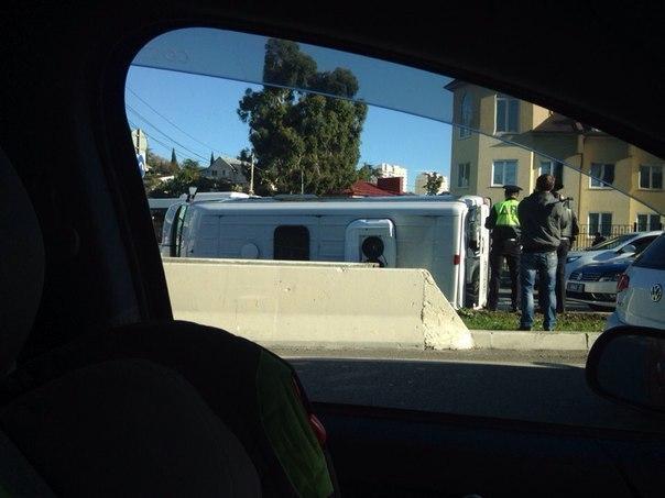 В Сочи «Мерседес» из Абхазии перевернул микроавтобус на бок