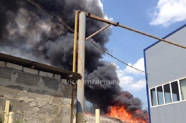 В Армавире произошел пожар на продуктовой базе площадью более 1000 кв. м.