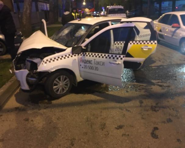 «Яндекс.Такси» протаранило авто и столб в Краснодаре, пострадали двое
