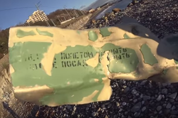 Обломок самолета нашел на берегу моря видеоблогер из Сочи