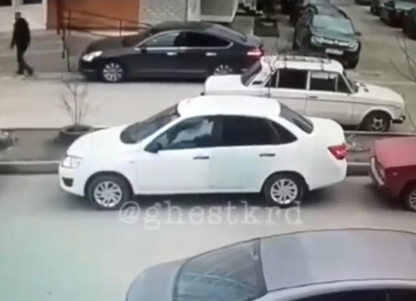 Стрельбу по машине открыл противник внутридворовой парковки в Краснодаре
