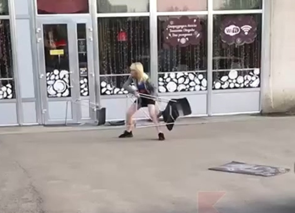 Женщина кидалась стульями в краснодарское кафе, крича «Не имеете права!»
