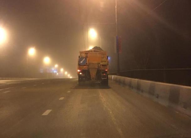 Часть дорог Краснодара обработали противогололедной смесью