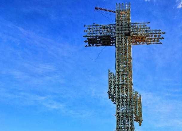 Почти готовый гигантский православный крест в Геленджике раскритиковали