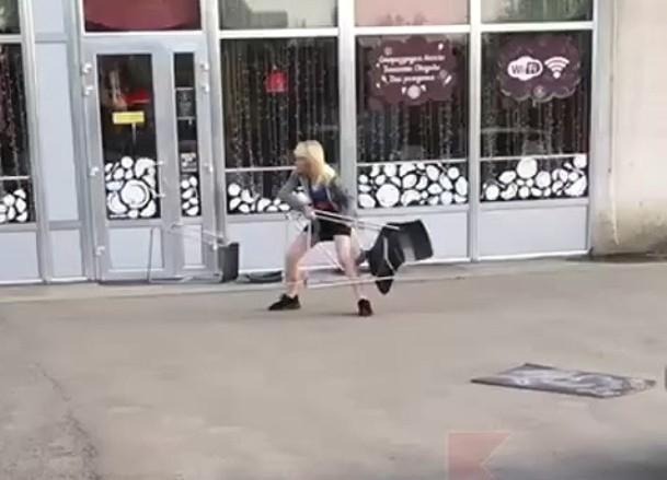 Владелица краснодарского кафе, где женщина кидалась стульями, рассказала об инциденте