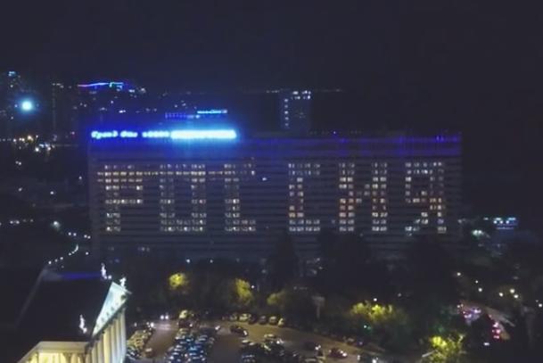 На фасаде гостиницы в Сочи засверкала «Россия»