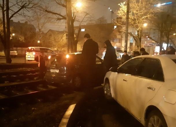 «Навигатор приказал, я и поехала» - водитель застряла на рельсах в Краснодаре