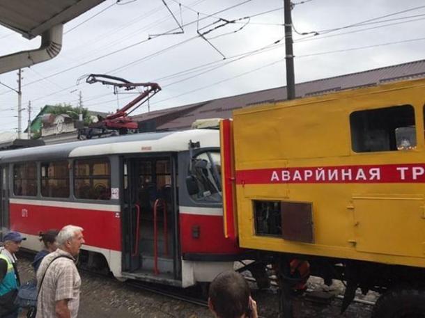 В центре Краснодара трамвай сошел с рельсов