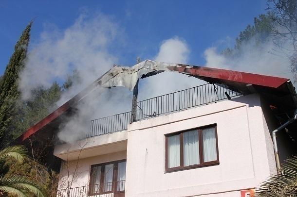 Cотрудники экстренных служб Сочи потушили пожар в личном доме