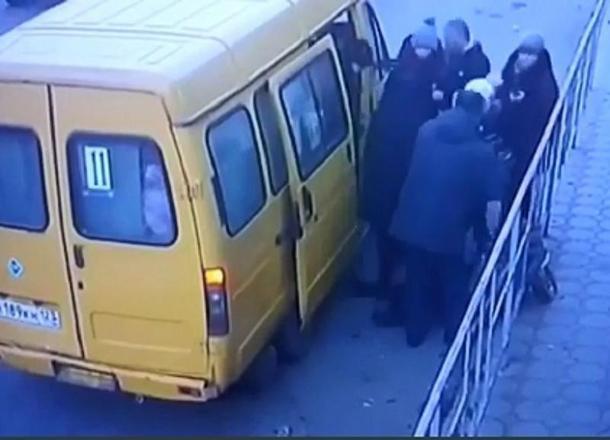 Водитель маршрутки на Кубани бросил на дороге пассажирку без сознания