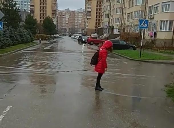 «Дети должны плавать», - Единственную дорогу в краснодарскую школу затопило после дождя
