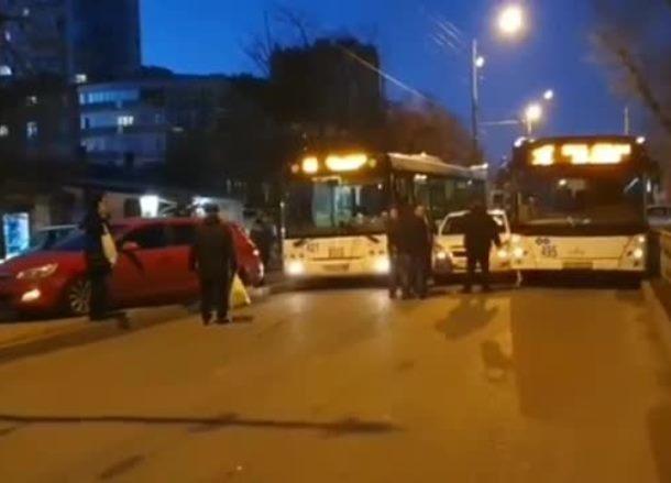 «Сэндвич» из автобусов закупорил дорогу в Краснодаре