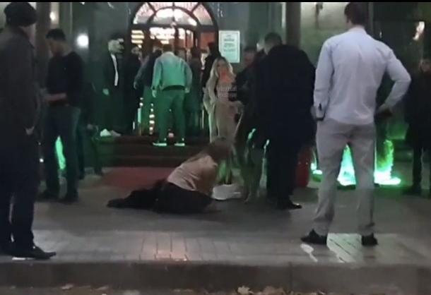 Около краснодарского клуба избили стоящую на коленях девушку
