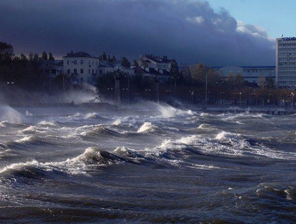 Ураганный ветер вНовороссийске валит фуры ираскачивает башенные краны