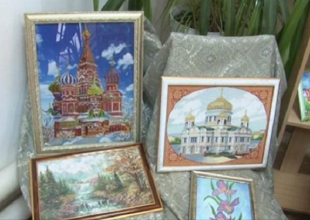 Пенсионерка из Краснодарского края создала картины с помощью горячего утюга