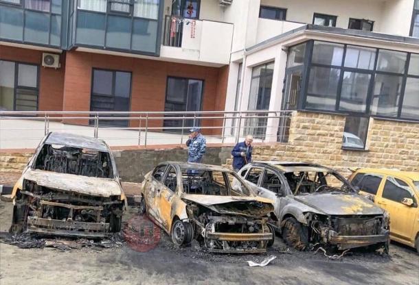 После поджога шести машин в Сочи возбудили уголовное дело