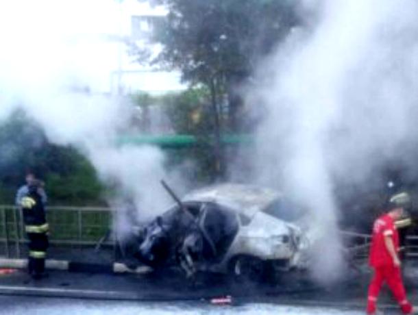 ВСочи иностранная машина врезалась вограждение изагорелась, шесть человек пострадали
