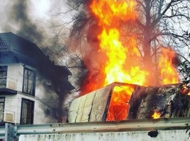 На Кубани в результате жуткого ДТП сгорел «УАЗ»