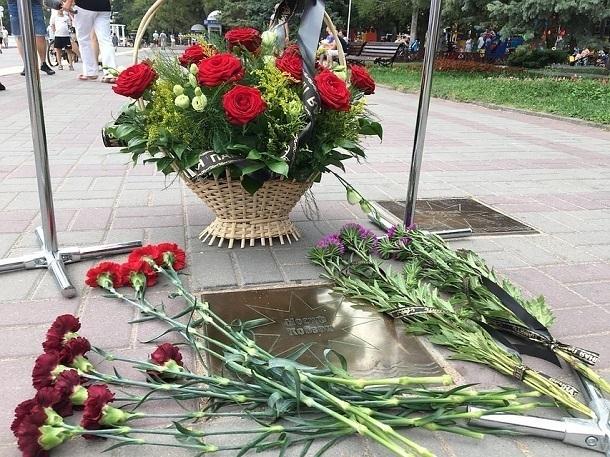 К «звезде» Иосифа Кобзона в Геленджике люди несут цветы