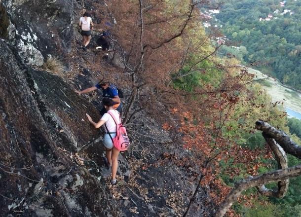 В Сочи спасатели вывели из леса девочек-подростков