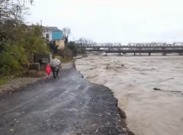 Вышедшая из берегов река подмыла улицу в Сочи
