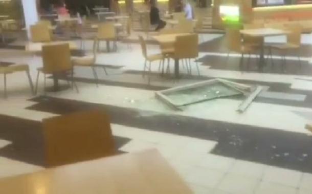 На посетителей одного из ТРК Краснодара с потолка упало окно