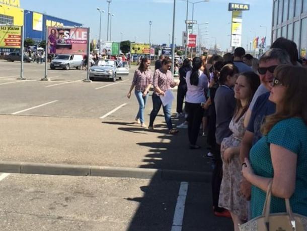 Посетителей ТЦ «МЕГА Адыгея-Кубань» эвакуировали из здания