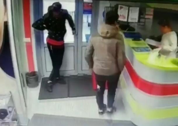 В Краснодаре двое парней украли из салона красоты мобильные телефоны